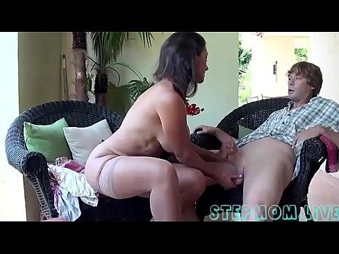Moeder Met Dikke Jopen Speelt Met Pik Van Tienerzoon